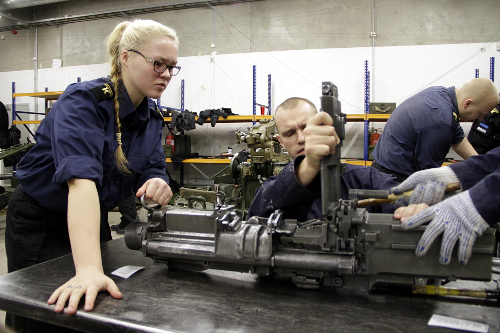 Image for Naistel on kaitseväkke minekuks vaja topeltjulgust