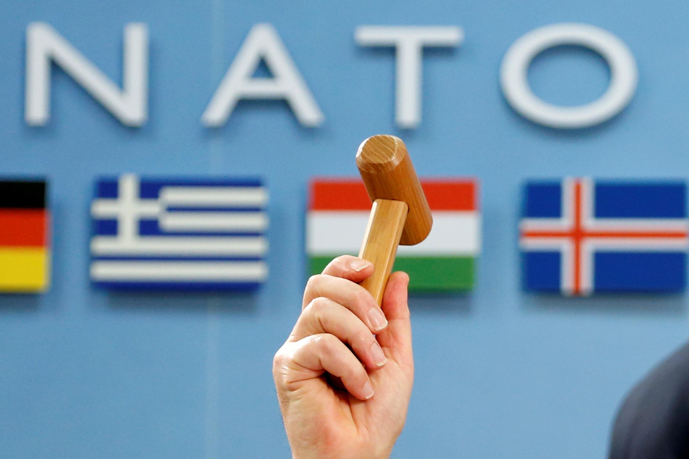 Image for НАТО в кривых зеркалах опросов