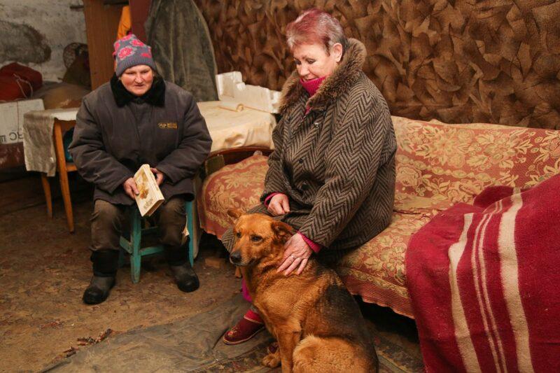 Местные женщины в бомбоубежище в городе Ясиноватая на юго-востоке Украины. Из-за военной эскалации по всей линии соприкосновения люди в самопровозглашенной Донецкой Народной Республике начали проверять, готовы ли их бомбоубежища к использованию.