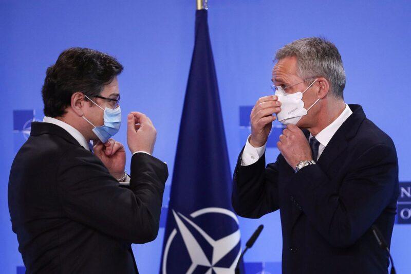 Генеральный секретарь НАТО Йенс Столтенберг и министр иностранных дел Украины Дмитрий Кулеба встретились 13 апреля 2021, чтобы обсудить наращивание российских войск вдоль границы с Украиной.